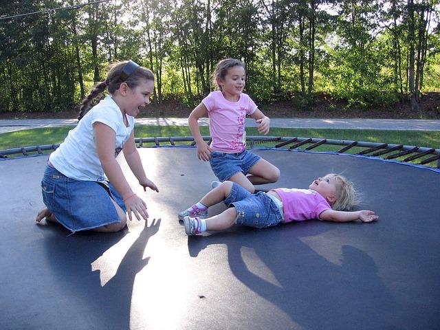 holčičky na trampolíně