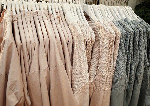 šaty na ramínku v obchodě.jpg