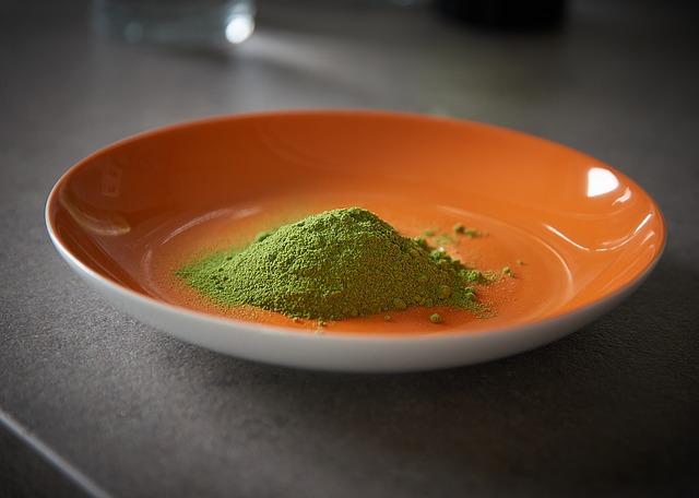 zelený prášek na talíři